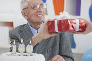 Com desitjar a l'avi un feliç aniversari