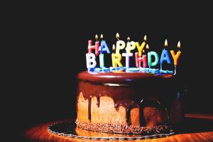 Com desitjar-li un feliç aniversari a un amic
