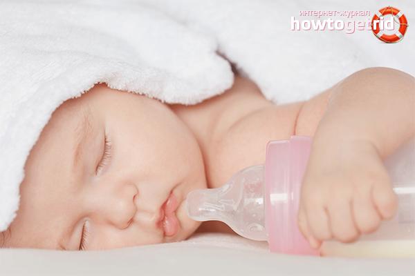 Hur man avvännar en baby från en flaska