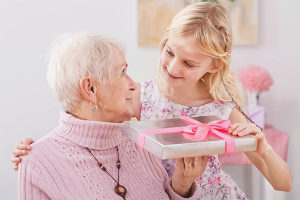 Com desitjar a l'àvia un feliç aniversari