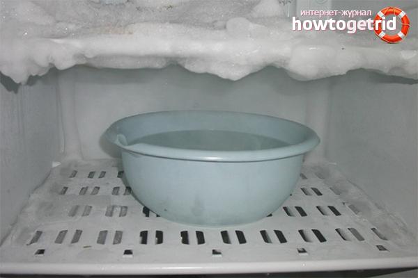 הפשרה של המקרר במים רותחים
