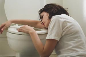 Како се ријешити мучнине након алкохола