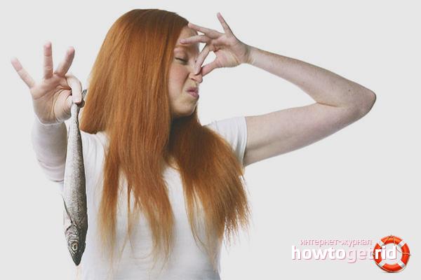 Cara menghilangkan bau ikan di lengan anda