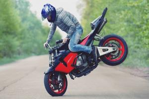 Com es pot frenar una moto