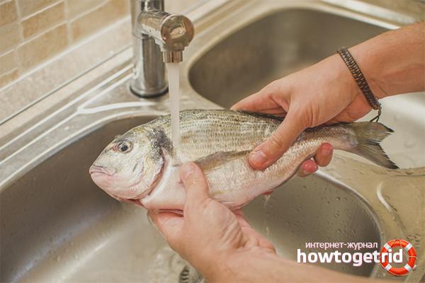 Размразяване на риба под течаща вода
