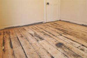 Како уклонити стару боју са дрвеног пода