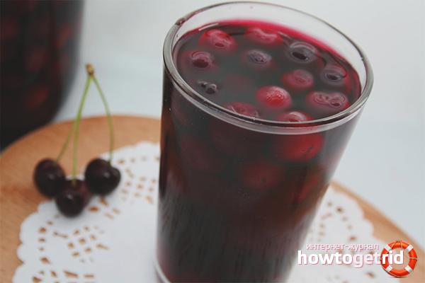 Cherry compote trong một nồi nấu chậm