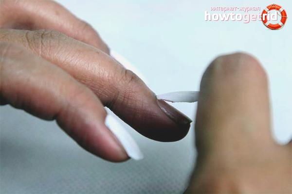 So entfernen Sie falsche Nägel auf Kleber