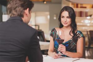 Com comportar-se en una primera cita amb un home