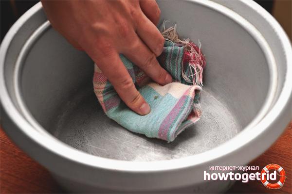 Membersihkan peralatan memasak aluminium dari simpanan karbon