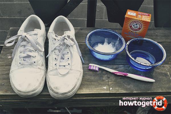 Cara Menghilangkan Sneakers Putih