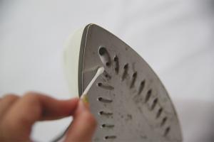 Sådan rengøres et strygejern fra en pind