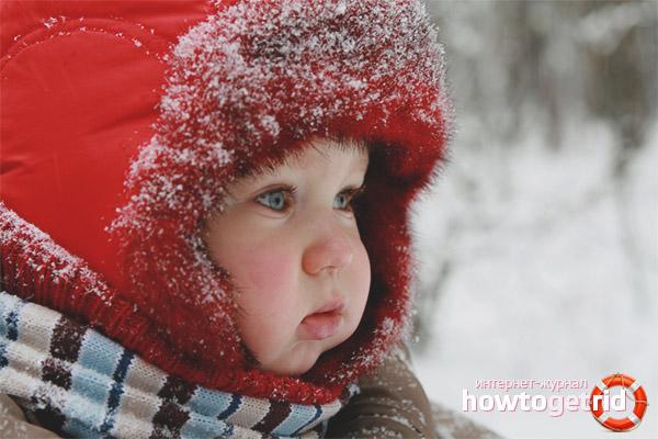 A criança congelou as bochechas