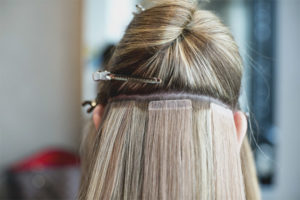 Tejpa hårförlängningar