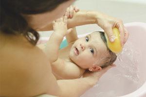 És possible banyar-se un nen després de la vacunació