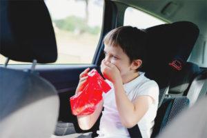 Kanak-kanak itu bergoyang di dalam kereta