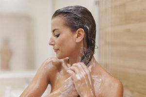 Vai es varu mazgāt matus ar aukstu ūdeni?